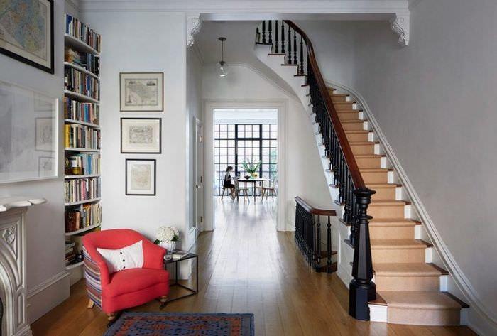 Красивая лестница с ковровой дорожкой и черными перилами