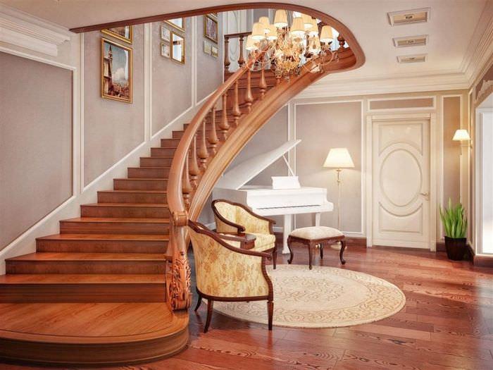 Деревянная лестница в холле частного дома