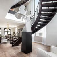 Оригинальное оформление лестницы в холле частного дома