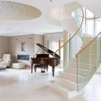Рояль в холле частного дома