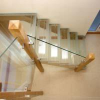 Стеклянная лестница на деревянных стойках