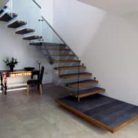 Небольшой столик под лестницей в частном доме
