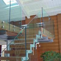 Стеклянное ограждение внутридомовой лестницы
