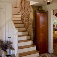 Белая лестница с коричневыми ступенями