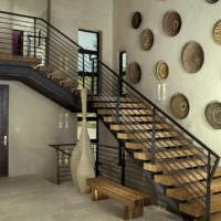 Декоративные тарелки в оформлении лестничного пролета