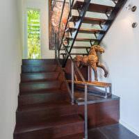Декорирование пространства под лестницей своими руками