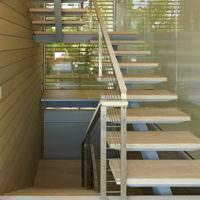 Модная лестница на косоуре с воздушными ступенями