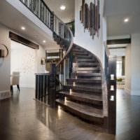Лестница из дерева с плавным поворотом