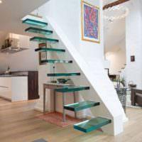 Стеклянные ступени лестницы на больцах