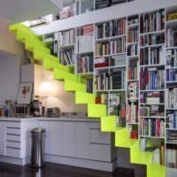 Обустройство библиотеки в лестничном пролете