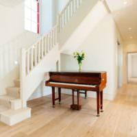 Белый холл с роялем в загородном доме