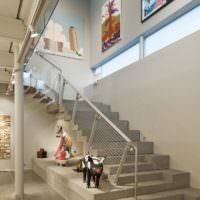 Интерьер прихожей частного дома с лестницей