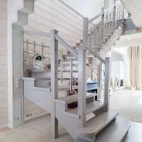 Стильная лестница прихожей загородного дома