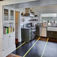 Темный линолеум со светлой полосой на кухне частного дома