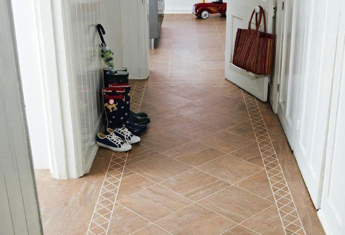 Линолеум с рисунком под плитку на полу прихожей