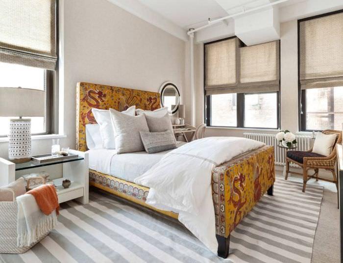 Кровать с тканевой обивкой в спальне деревенского стиля