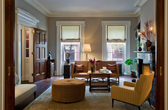 Современная мебель в неоклассической гостиной