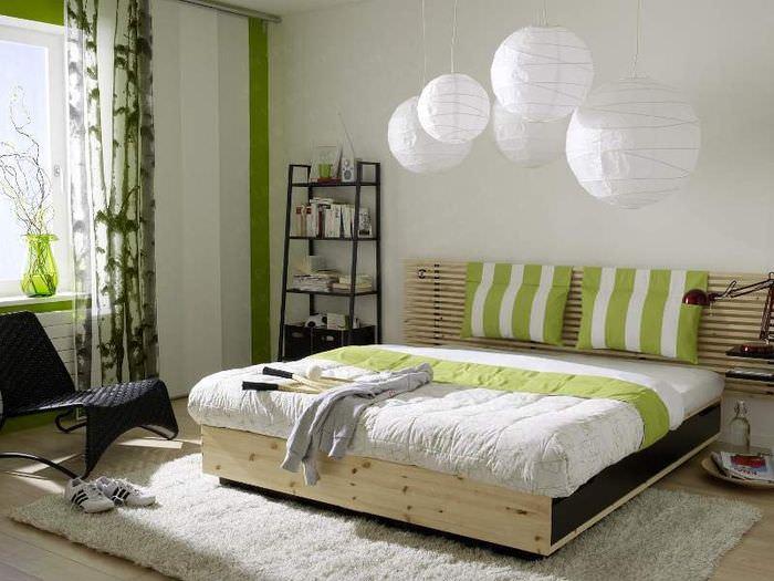 Деревянная кровать в спальне городской квартиры