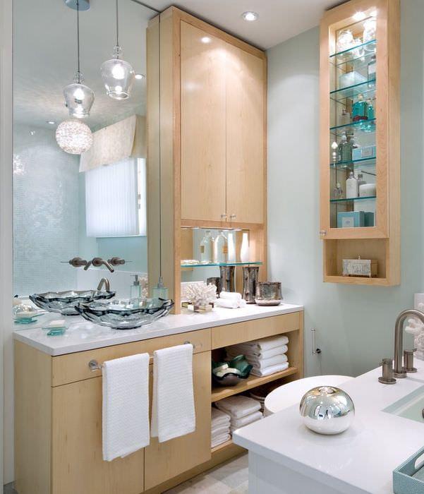 Высокие закрытые стеллажи в интерьере ванной