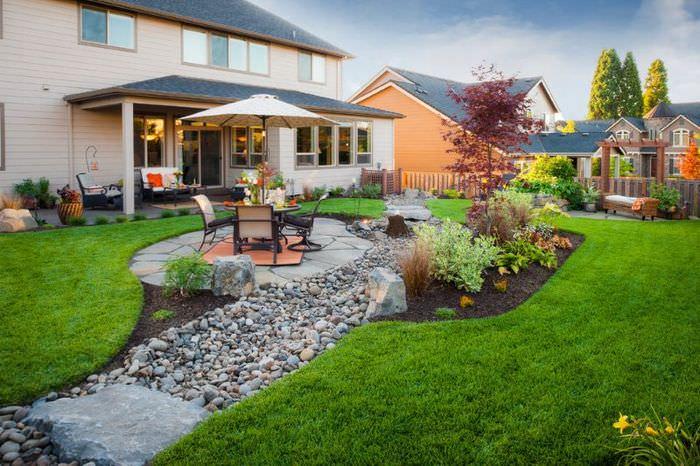 Место для отдыха на садовом участке посреди английского газона