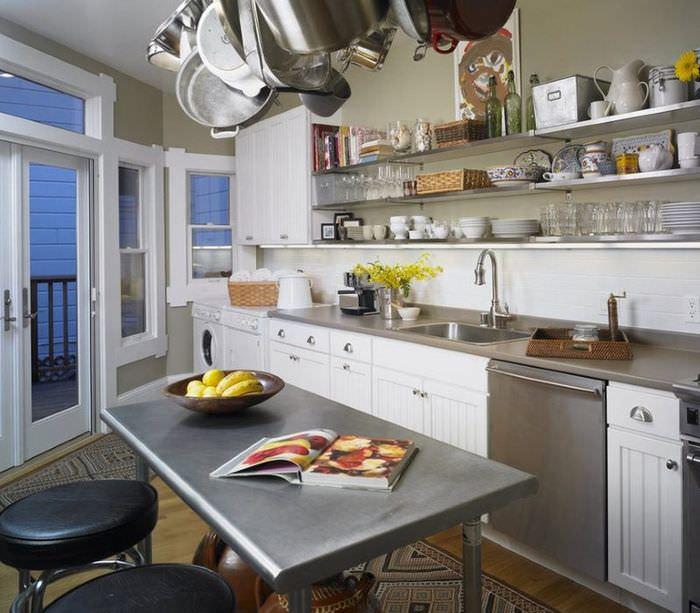 Кухонный стол из металла в интерьере современной кухни