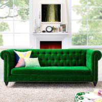 Ярко-зеленый диван и серо-белый камин
