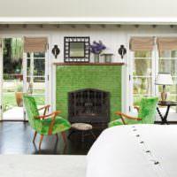 Зеленый камин в гостиной дачного домика