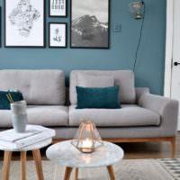 Бирюзовая стена и серая мебель в дизайне жилой комнаты