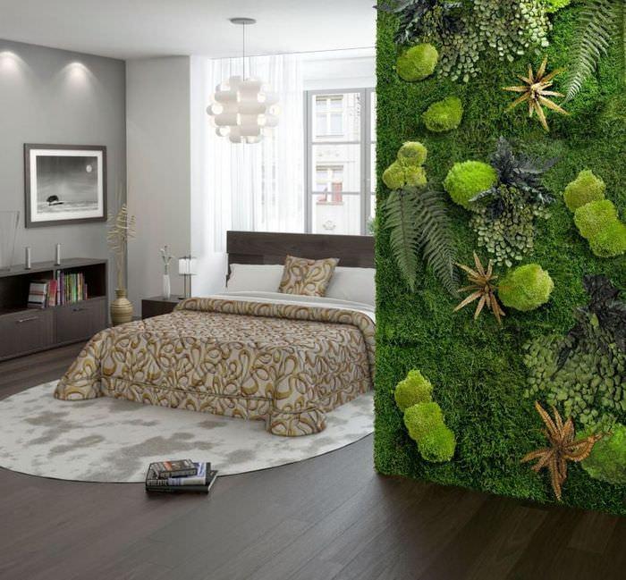 Фитостена с использованием натурального мха в спальне городской квартиры
