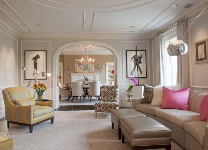 Декорирование молдингами стен и потолка гостиной