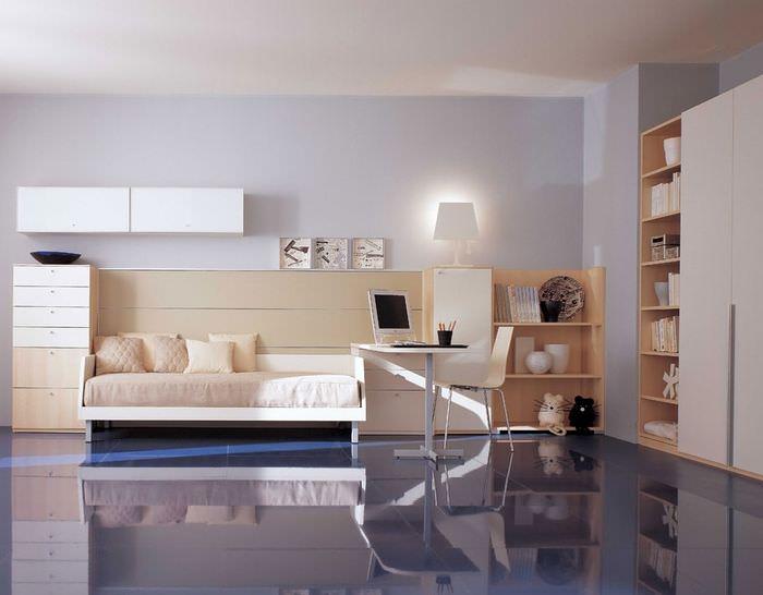 Стильная комната с лавандовыми стенами для молодого человека