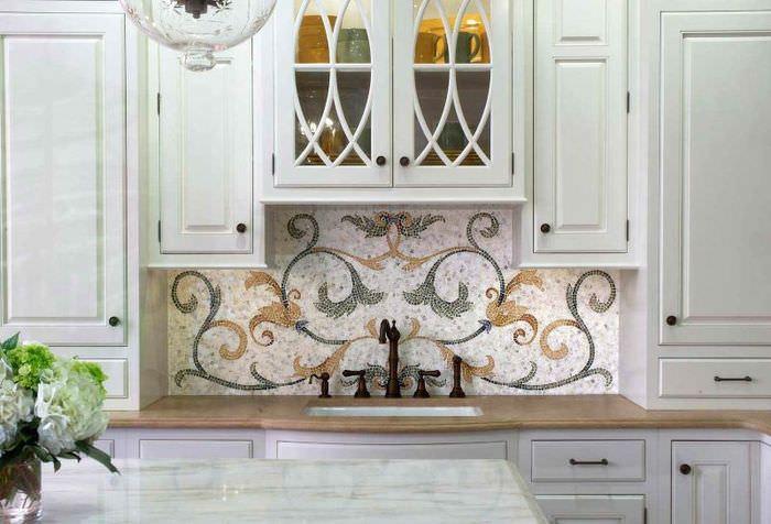 Природные завитушки на кухонном фартуке из мозаики
