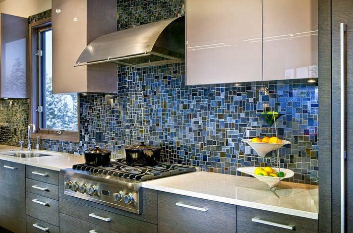 Стена с облицовкой мозаикой на кухне загородного дома