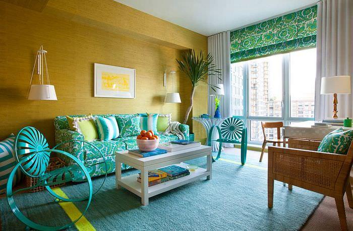 Сочетание мятного и желтого цветов в интерьере гостиной