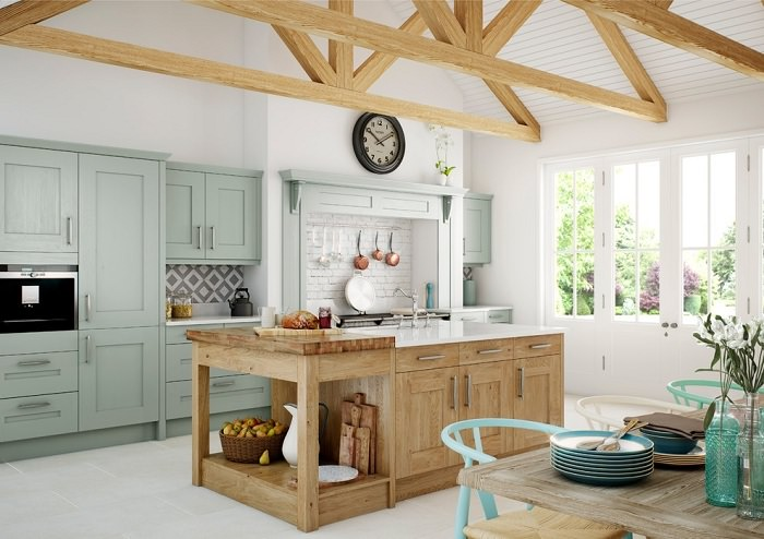 Сочетание натурального дерева с мятным цветом на кухне