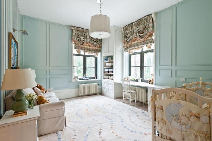 Комната с мятными стенами и бежевой мебелью