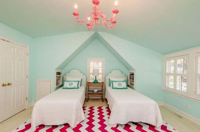 Акценты розового цвета в интерьере спальни с мятными стенами