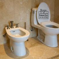 Надписи в интерьере туалета городской квартиры