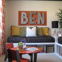 Стена с буквами над диваном в детской