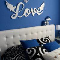 Украшение стены надписью в романтической спальне