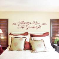Супружеская спальня с надписью на стене