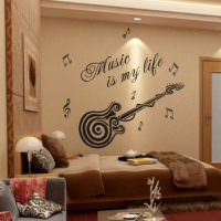 Оформление стены надписями в комнате юного музыканта
