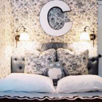 Детская спальня с буквой С на стене