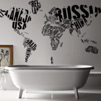 Карта мира на стене ванной комнаты