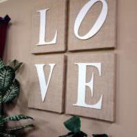 Постеры с буквами на стене жилой комнаты