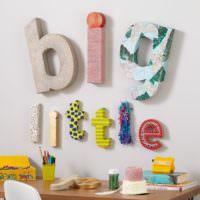 Детские буквы на стене комнаты