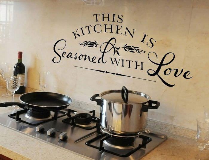 Наклейка в виде надписи на кухонном фартуке из кафеля