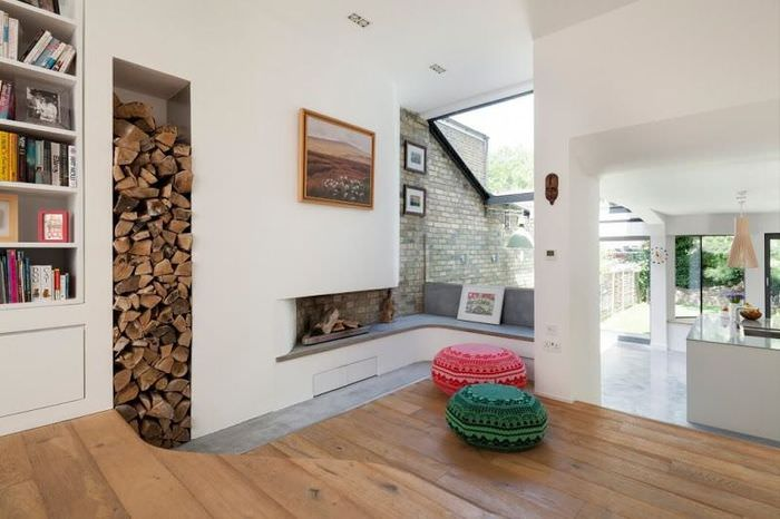 Хранение дров для камина в углублении в стене