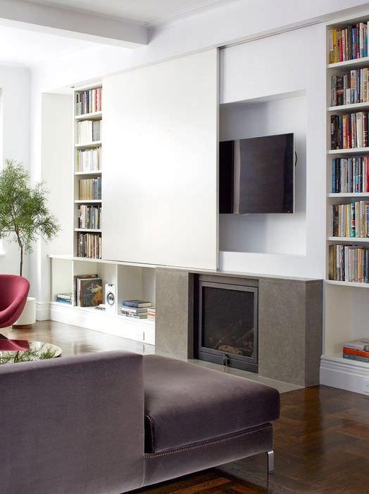 Телевизор в нише с откатывающейся дверцей и книжные полки