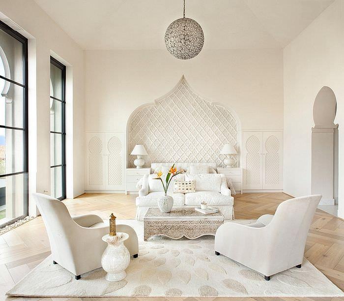 Белая гостиная с декоративной нишей в стене